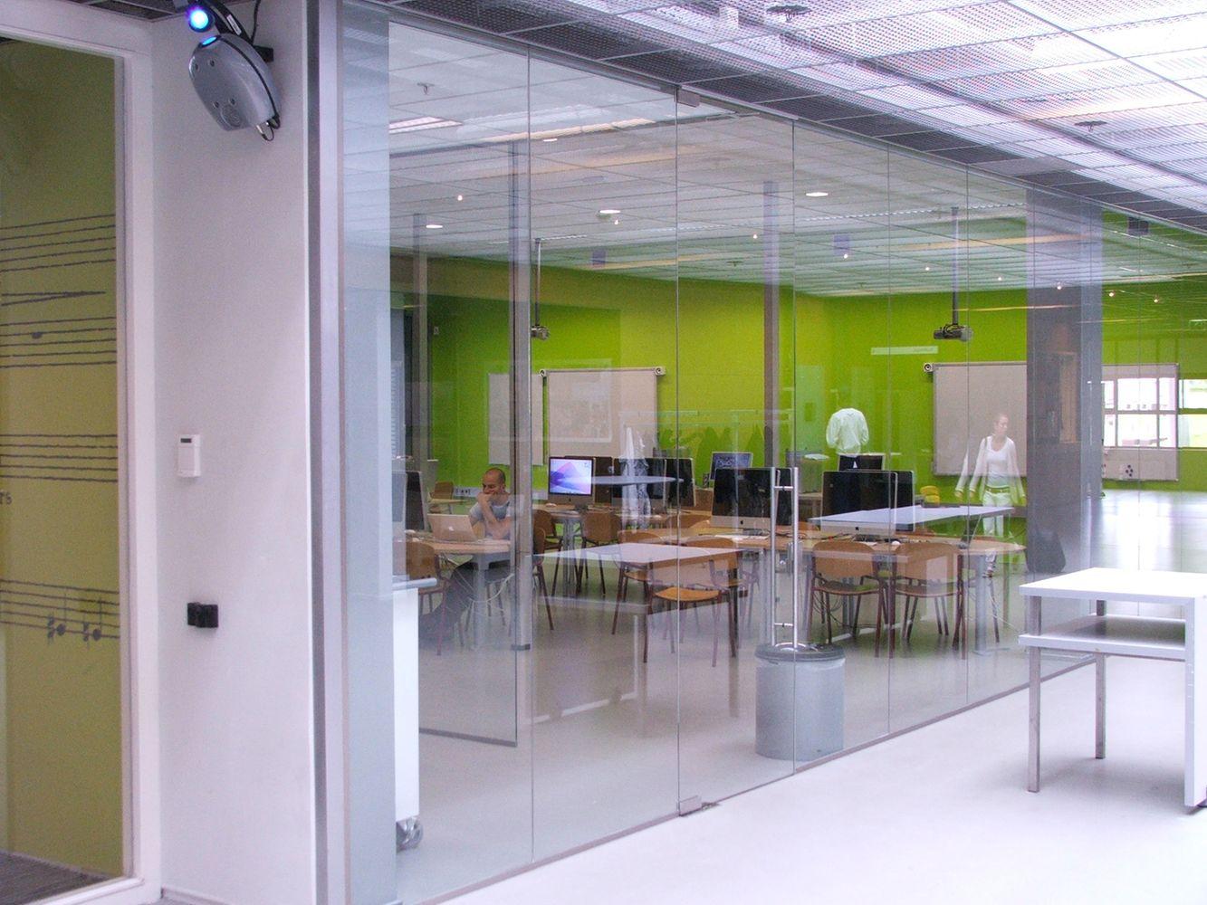 Glazen wand van installatieglas bij Stenden Hogeschool Leeuwarden