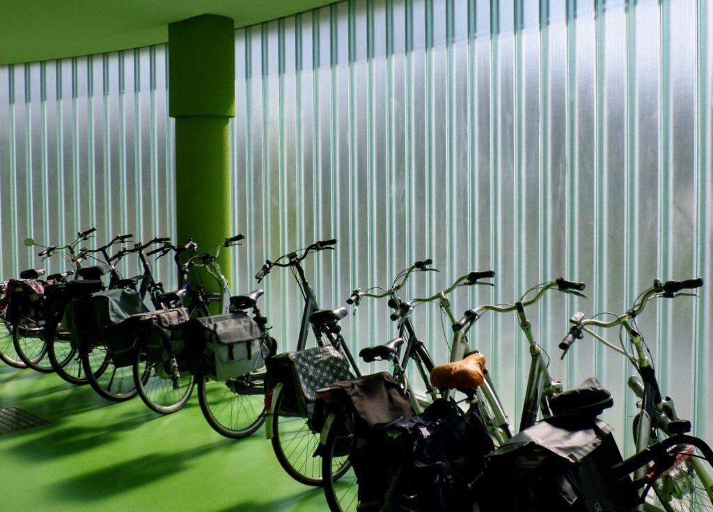Profilitwand met ronding voor fietsenstalling