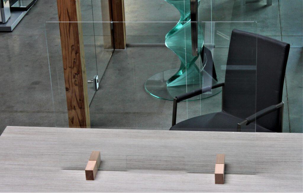 Glasplaathouder van hout voor anti-coronascherm van glas