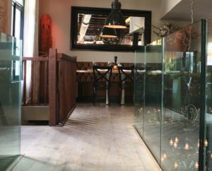 Gelaagd glas als afscheiding in restaurant