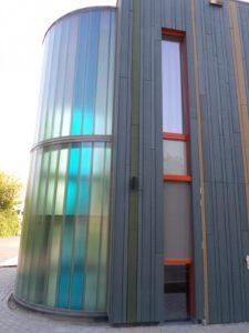 Je ziet hier niet alleen Profilit profielglas maar ook hoe kleurrijk het toegepast is.